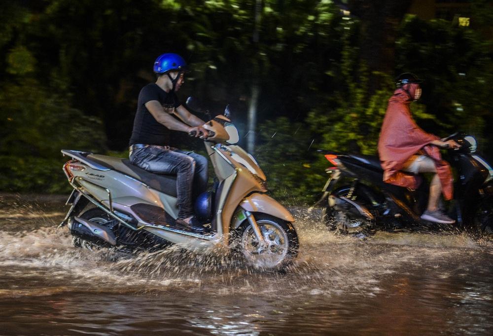 [ẢNH] Sau mưa giông lớn ở Hà Nội, cây đổ la liệt, đường ngập, nhiều xe chết máy - Ảnh 9.