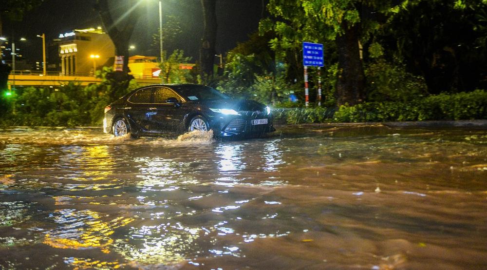 [ẢNH] Sau mưa giông lớn ở Hà Nội, cây đổ la liệt, đường ngập, nhiều xe chết máy - Ảnh 7.