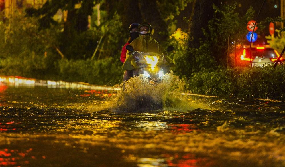 [ẢNH] Sau mưa giông lớn ở Hà Nội, cây đổ la liệt, đường ngập, nhiều xe chết máy - Ảnh 8.
