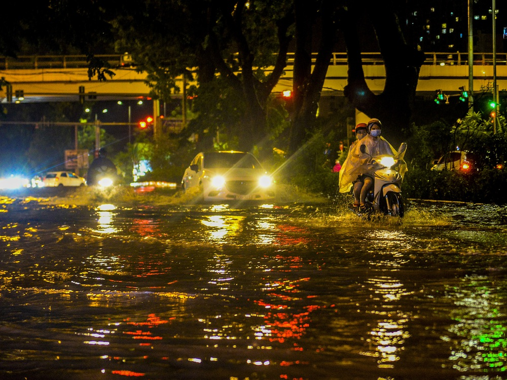 [ẢNH] Sau mưa giông lớn ở Hà Nội, cây đổ la liệt, đường ngập, nhiều xe chết máy - Ảnh 13.