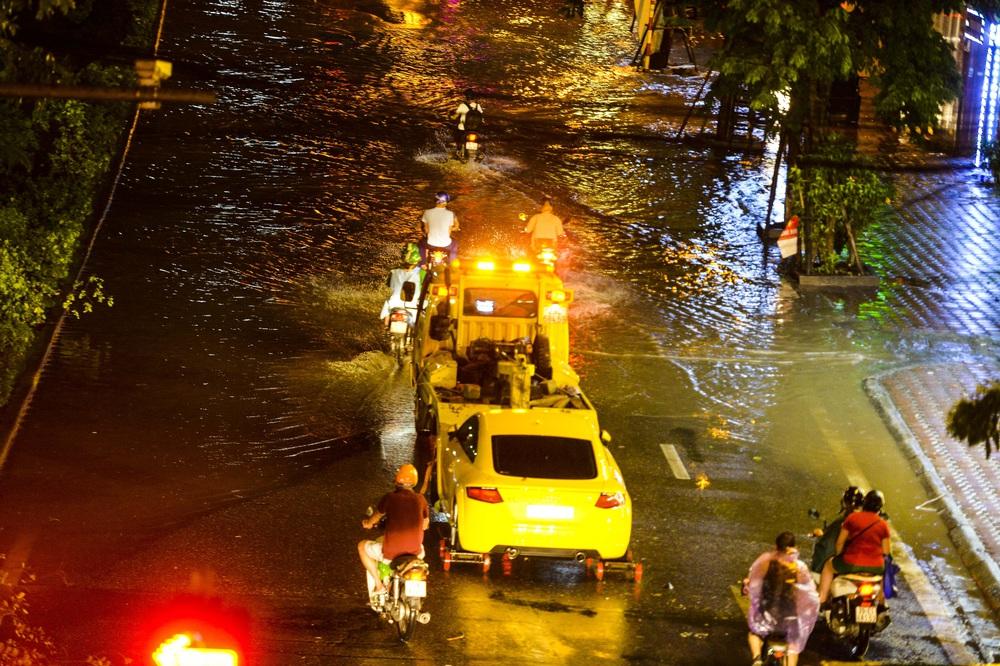 [ẢNH] Sau mưa giông lớn ở Hà Nội, cây đổ la liệt, đường ngập, nhiều xe chết máy - Ảnh 10.