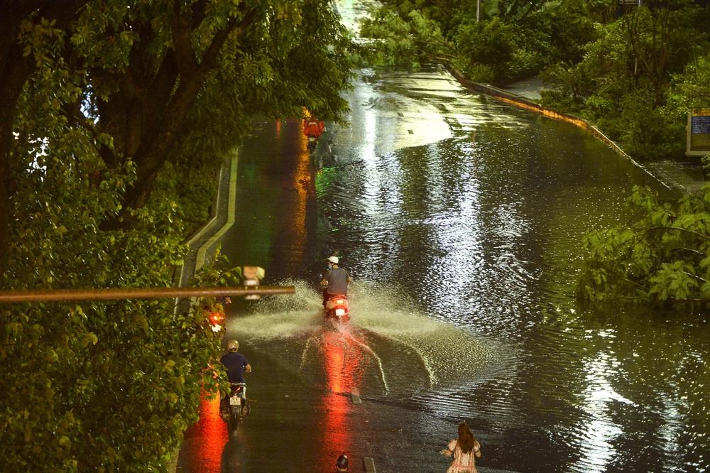 [ẢNH] Sau mưa giông lớn ở Hà Nội, cây đổ la liệt, đường ngập, nhiều xe chết máy - Ảnh 6.