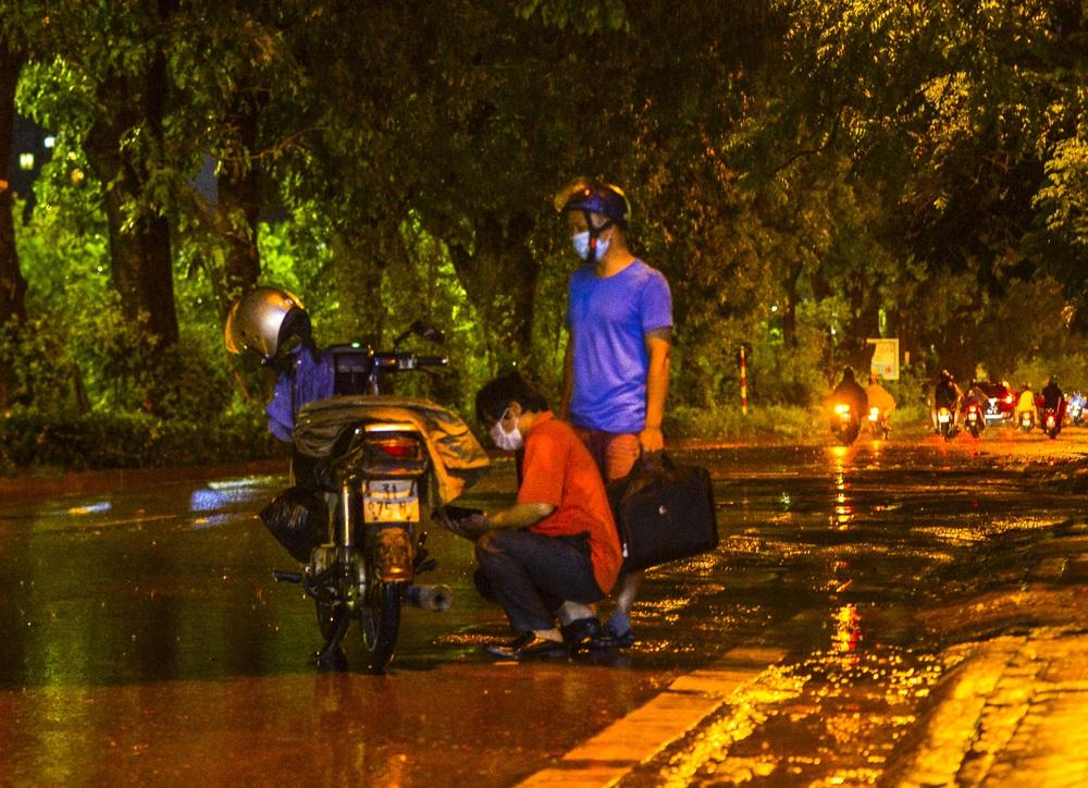 [ẢNH] Sau mưa giông lớn ở Hà Nội, cây đổ la liệt, đường ngập, nhiều xe chết máy - Ảnh 11.