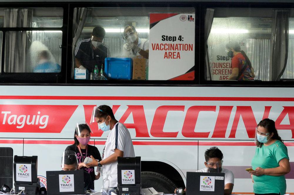 Tổng thống Philippines dọa bỏ tù người từ chối tiêm vaccine COVID-19 - Ảnh 1.