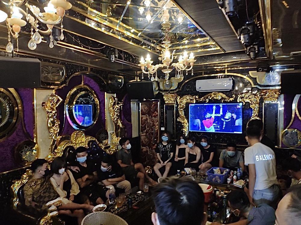 13 nam và 7 nữ tụ tập hát karaoke phản cảm giữa dịch Covid-19 - Ảnh 1.
