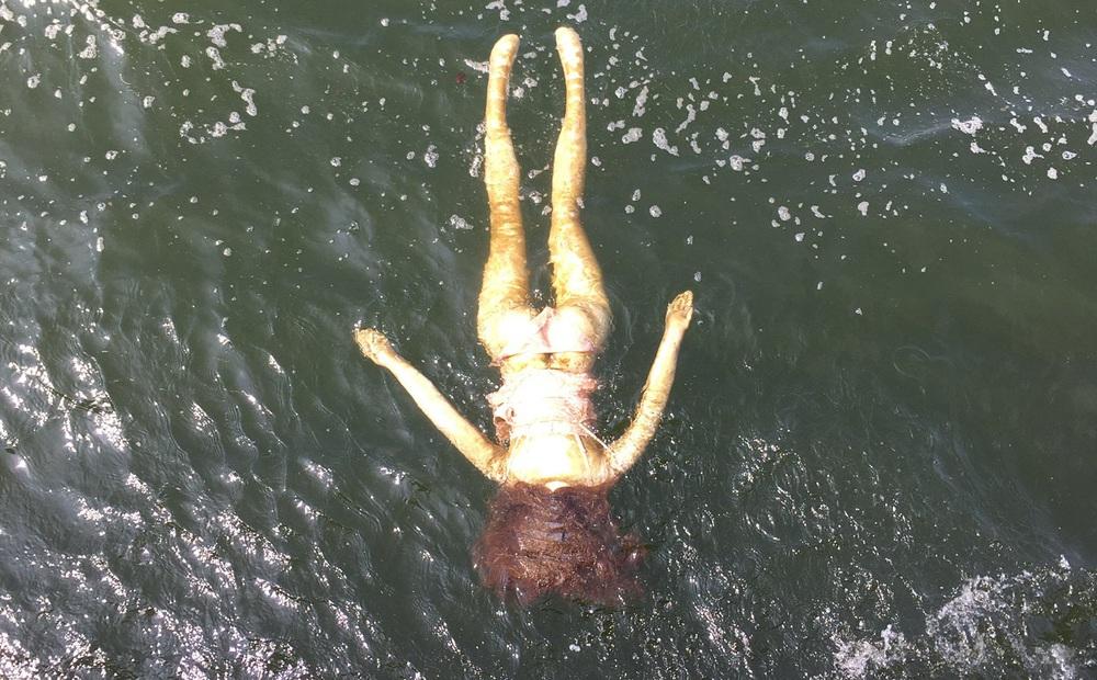 Đội cứu hộ gấp rút trục vớt người chết đuối, khi vớt lên mọi người mới ngã ngửa