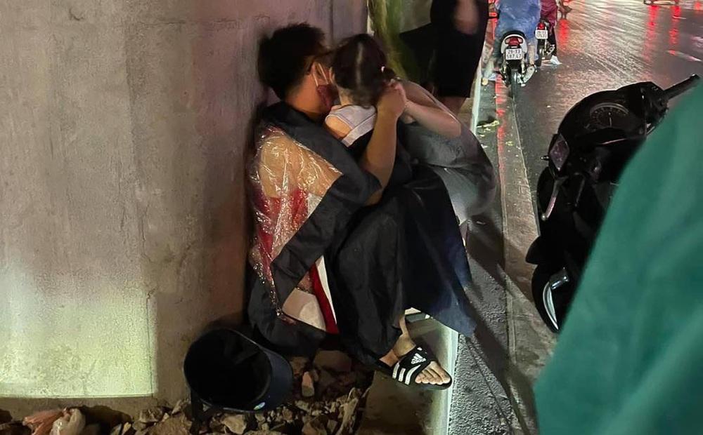 """Bé con khóc thét dưới cơn mưa lớn Hà Nội, hành động tình cảm của bố và """"tung tích"""" người mẹ khiến ai nấy đều bật cười"""