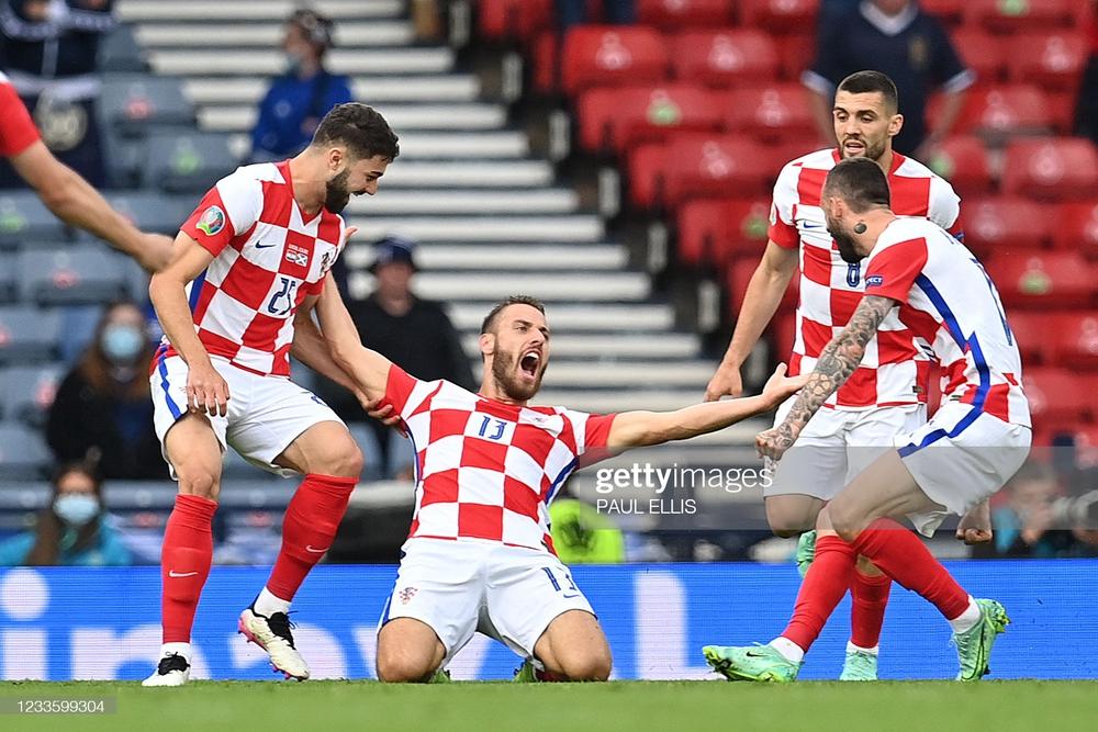 Modric ghi siêu phẩm đưa Croatia lách qua khe cửa hẹp; Tam sư vững ngôi đầu nhờ chân gỗ - Ảnh 1.