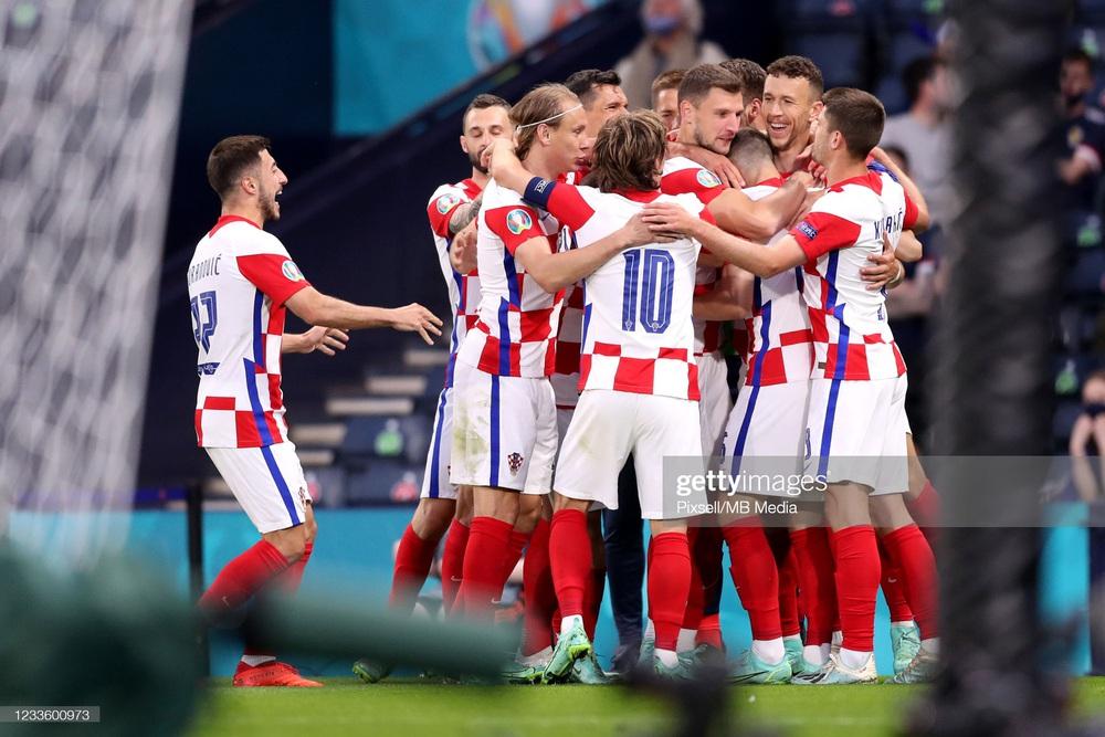 Modric ghi siêu phẩm đưa Croatia lách qua khe cửa hẹp; Tam sư vững ngôi đầu nhờ chân gỗ - Ảnh 5.