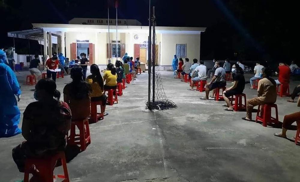 Nghệ An: Phong tỏa khu dân cư, lấy mẫu hơn 5000 người để điều tra các ca bệnh chưa rõ nguồn lây - Ảnh 1.