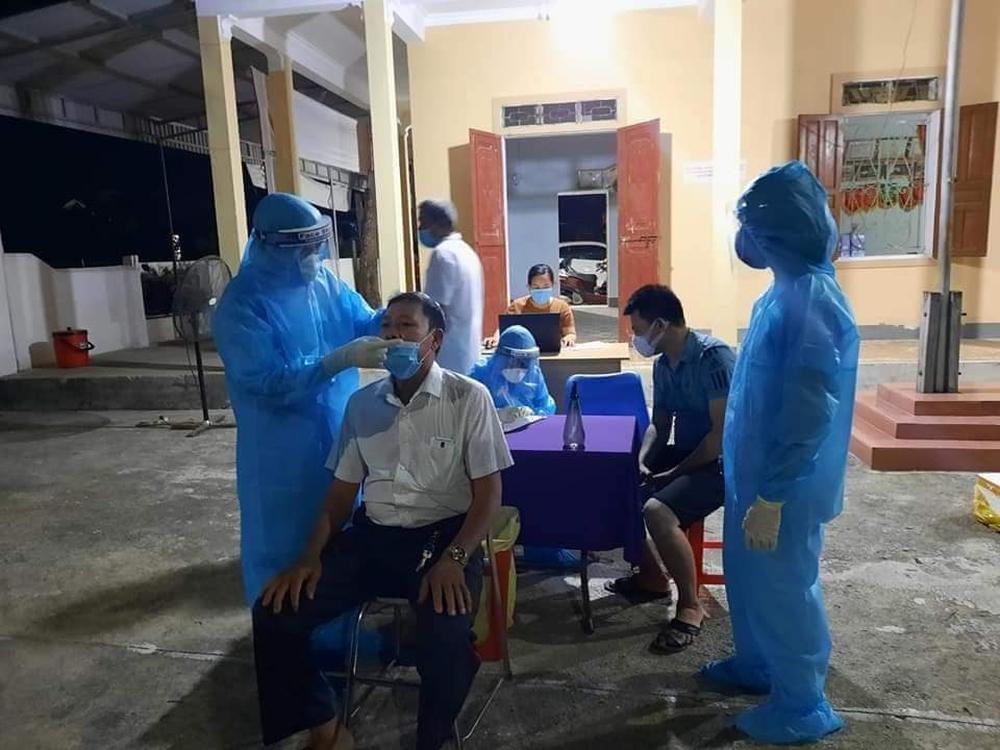 Nghệ An: Phong tỏa khu dân cư, lấy mẫu hơn 5000 người để điều tra các ca bệnh chưa rõ nguồn lây - Ảnh 2.