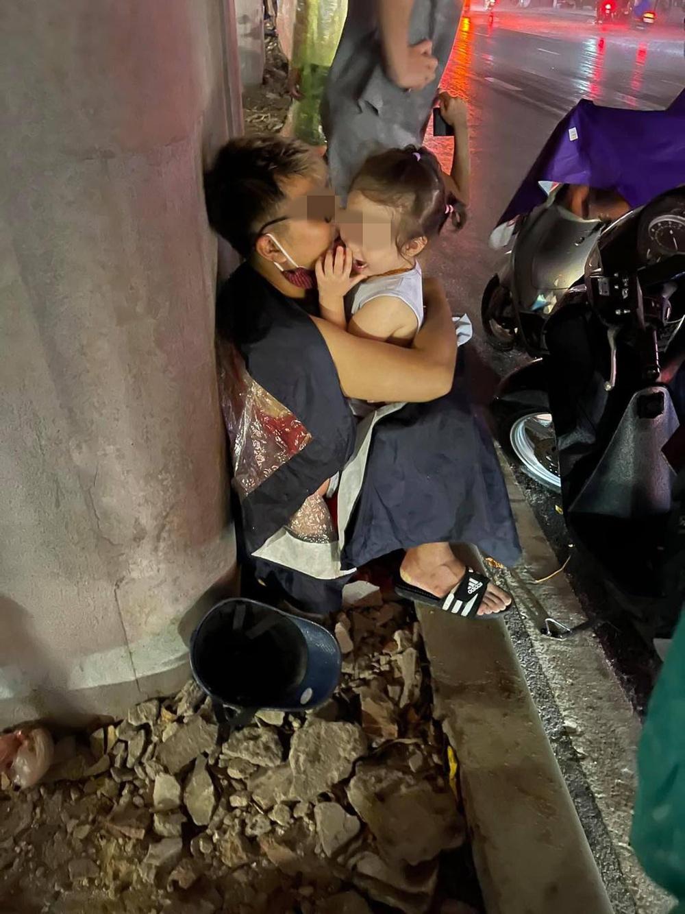 Bé con khóc thét dưới cơn mưa lớn Hà Nội, hành động tình cảm của bố và tung tích người mẹ khiến ai nấy đều bật cười - Ảnh 1.
