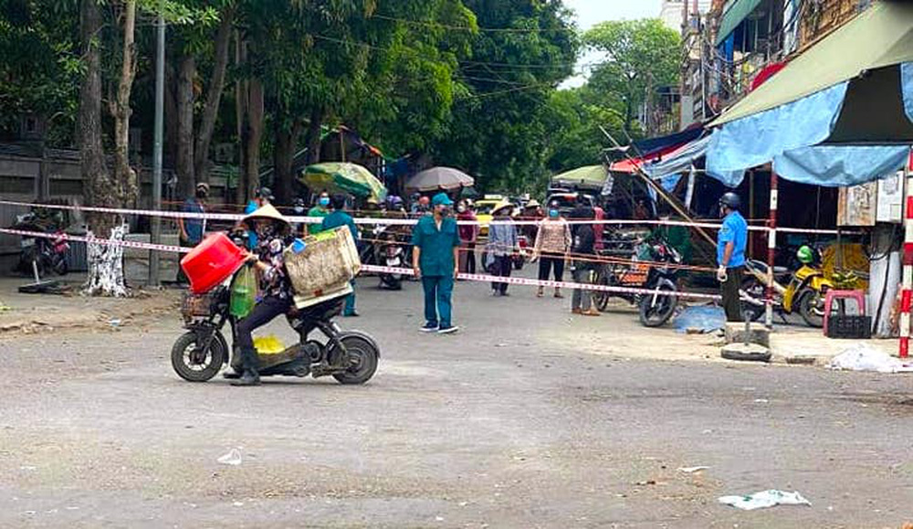 2 người phụ nữ buôn bán rau quả ở chợ đầu mối Vinh mắc Covid-19, cả chợ bị phong tỏa - Ảnh 4.