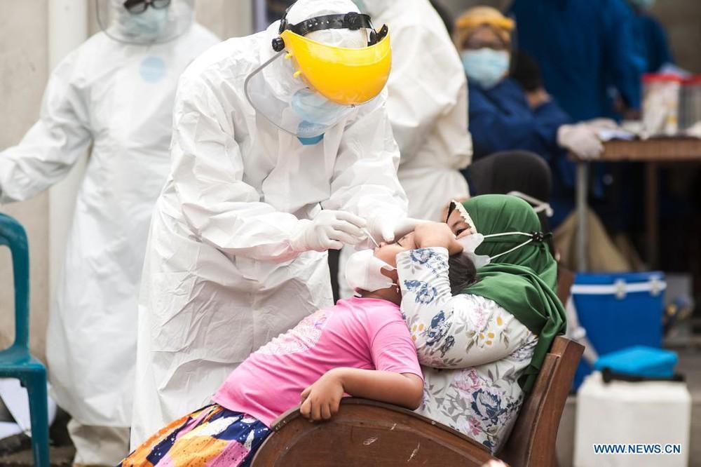 350 bác sĩ Indonesia mắc Covid-19 dù đã tiêm vaccine của TQ: Sinovac giải thích, chuyên gia réo tên Quảng Châu - Ảnh 2.