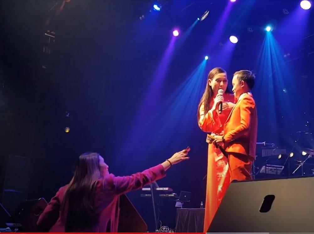 Hồ Văn Cường được mưa tiền thưởng khi lưu diễn: Phi Nhung xúi con cầm, rồi trách khán giả làm hư con - Ảnh 2.