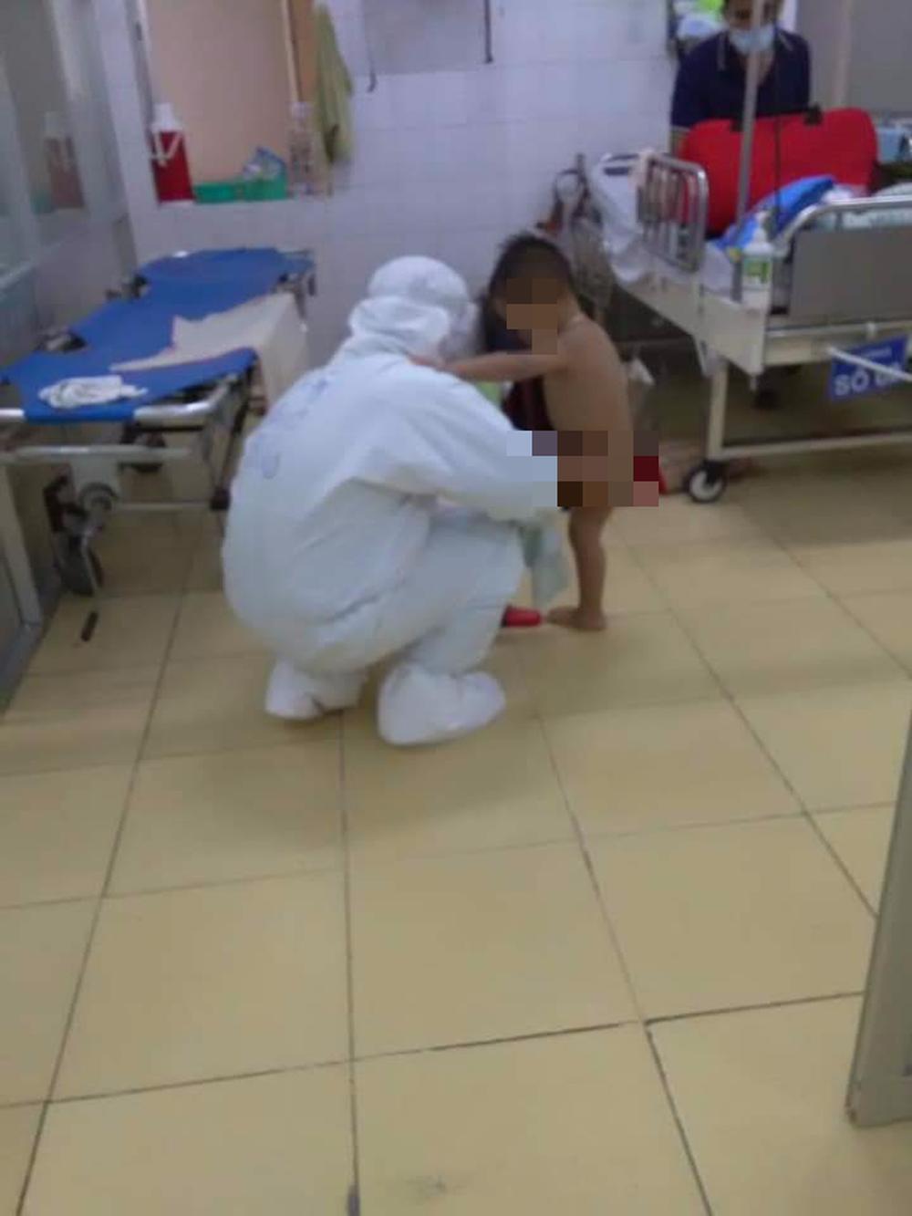 Xúc động nữ bác sĩ vắt sữa nuôi bệnh nhi Covid-19 xa mẹ - Ảnh 2.