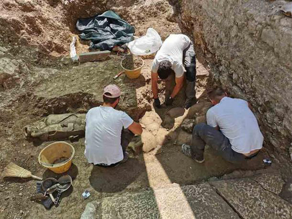 Đào vườn, phát hiện 32 người nằm trong bình khổng lồ từ thế kỷ 2 - Ảnh 1.