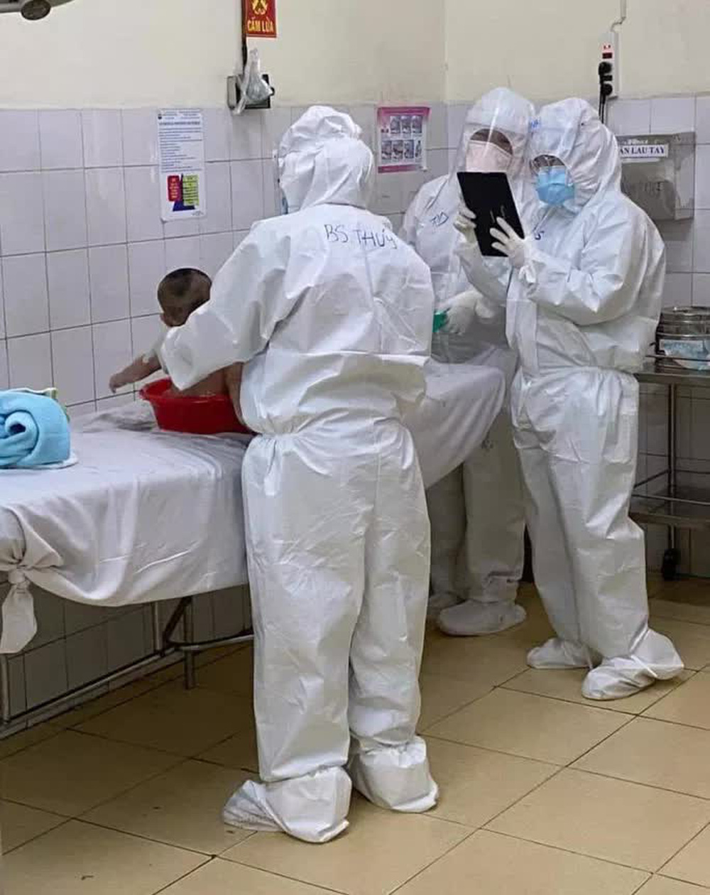 Thưởng nóng nữ bác sĩ vắt sữa nuôi bệnh nhi Covid-19 - Ảnh 1.