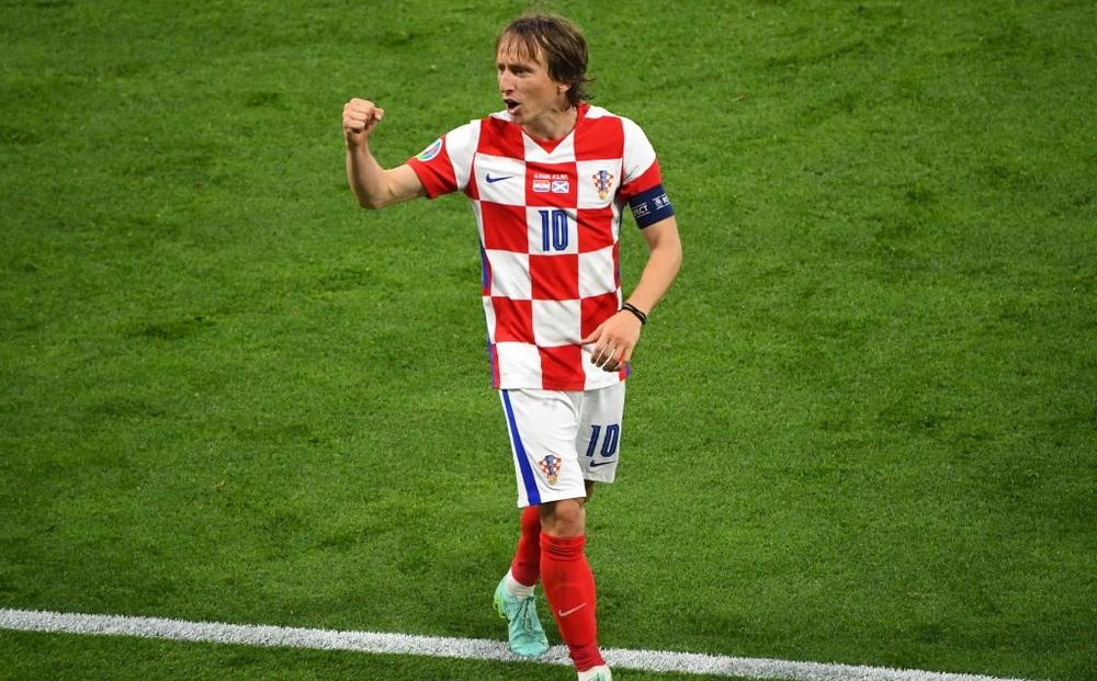 """Modric ghi siêu phẩm đưa Croatia lách qua khe cửa hẹp; Tam sư vững ngôi đầu nhờ """"chân gỗ"""""""
