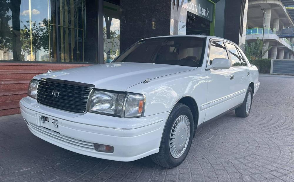 """""""Xe chủ tịch"""" Toyota Crown đi chán 20 năm vẫn quảng cáo mới nhất Việt Nam, giá bán cực sốc"""