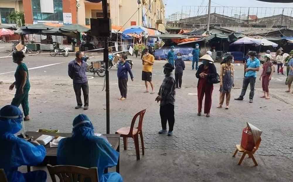 2 người phụ nữ buôn bán rau quả ở chợ đầu mối Vinh mắc Covid-19, cả chợ bị phong tỏa