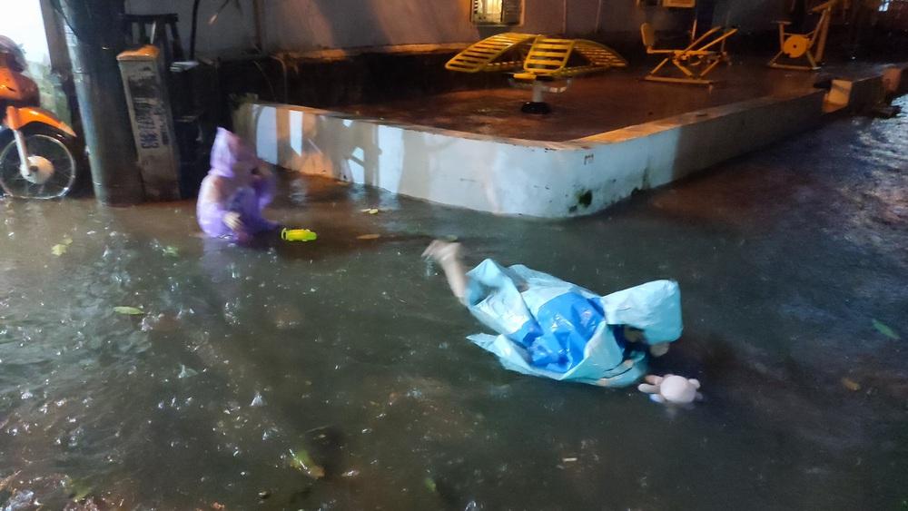 Giữa trận mưa lớn ở Hà Nội, 2 đứa trẻ có hành động khiến tất cả thất kinh, ông bố bị ném đá dữ dội - Ảnh 2.