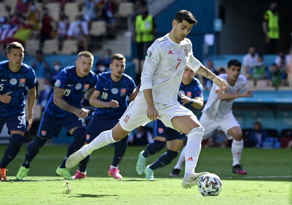 Morata đá hỏng 11m nhưng TBN vẫn đại thắng; Ba Lan bị loại dù Lewandowski ghi cú đúp - Ảnh 1.