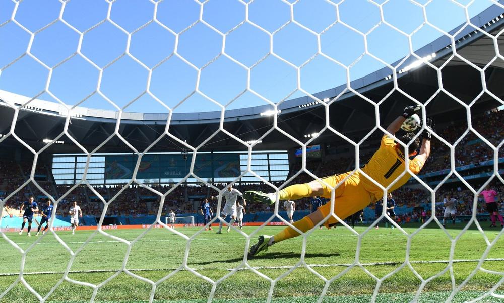 Morata đá hỏng 11m nhưng TBN vẫn đại thắng; Ba Lan bị loại dù Lewandowski ghi cú đúp - Ảnh 2.
