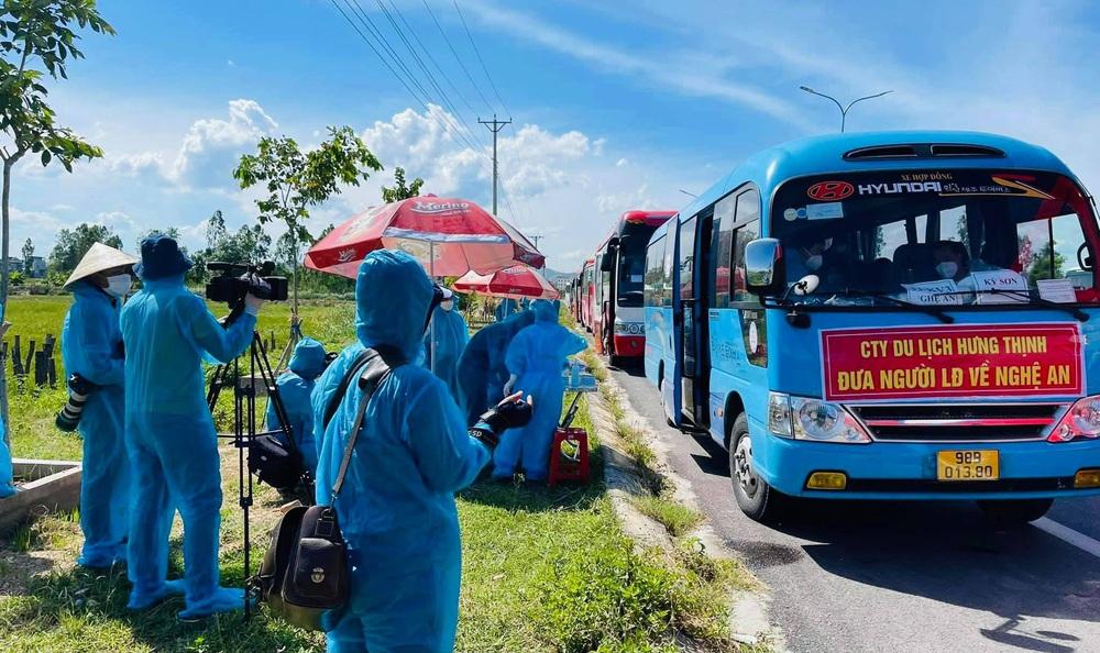 Hơn 800 công nhân từ tâm dịch Bắc Giang về Nghệ An được cách ly tại nhà - Ảnh 7.