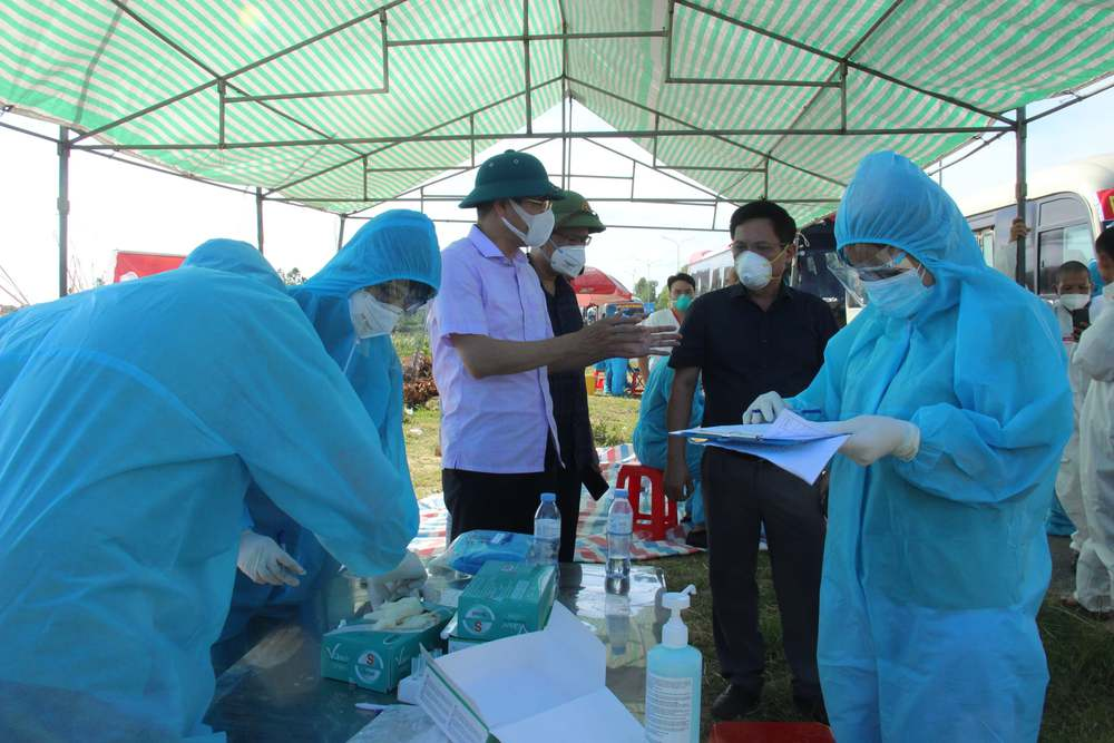 Hơn 800 công nhân từ tâm dịch Bắc Giang về Nghệ An được cách ly tại nhà - Ảnh 4.