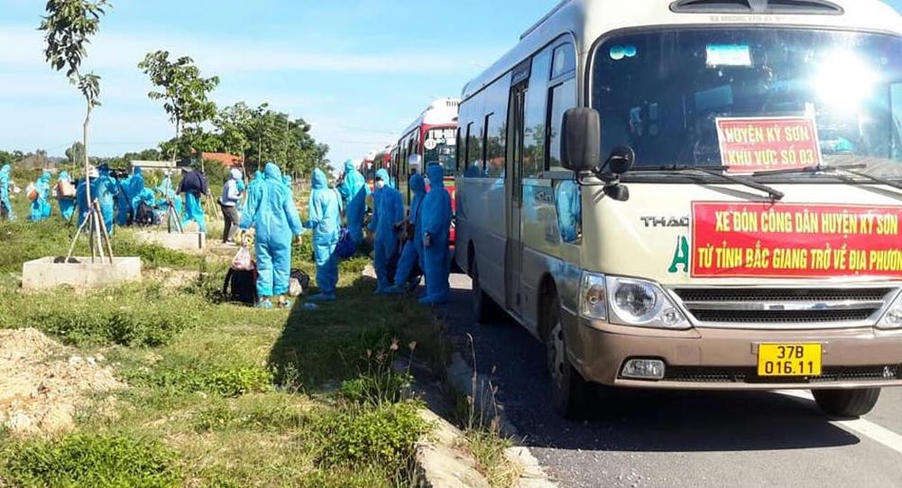 Hơn 800 công nhân từ tâm dịch Bắc Giang về Nghệ An được cách ly tại nhà - Ảnh 8.