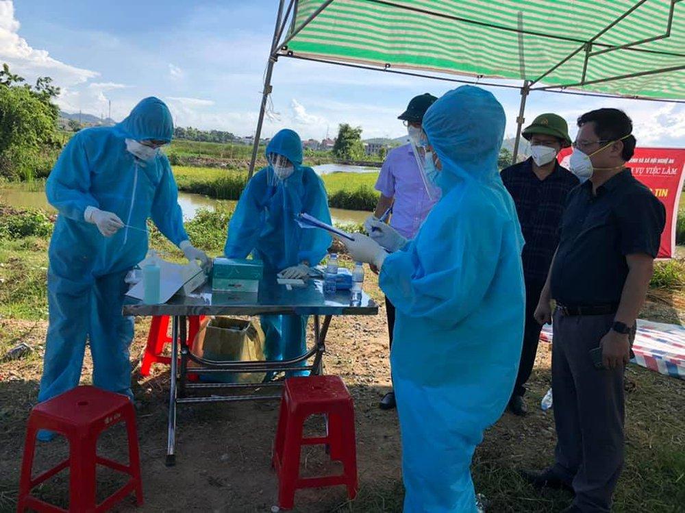 Hơn 800 công nhân từ tâm dịch Bắc Giang về Nghệ An được cách ly tại nhà - Ảnh 5.
