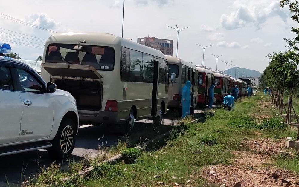 Hơn 800 công nhân từ tâm dịch Bắc Giang về Nghệ An được cách ly tại nhà - Ảnh 2.