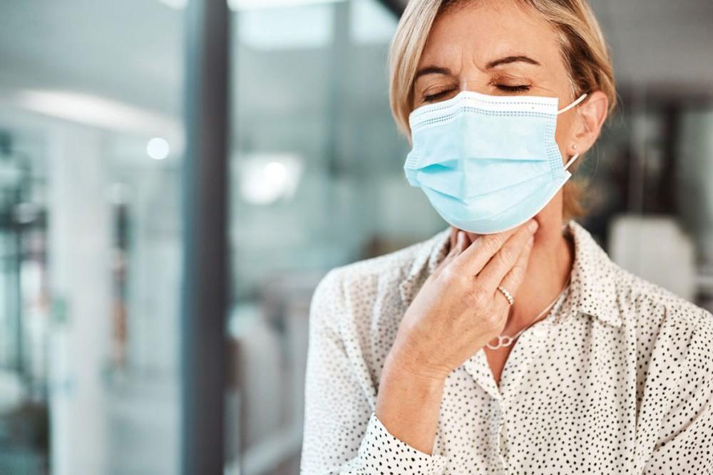 Phân biệt đau họng do COVID-19 và do cảm lạnh - Ảnh 3.