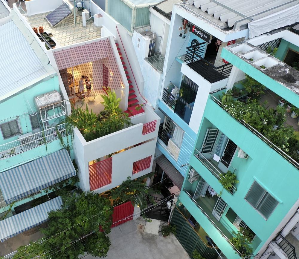 Tp.HCM: Ngôi nhà 40 năm tuổi tồi tàn, chắp vá đẹp lạ sau khi được cải tạo - Ảnh 1.
