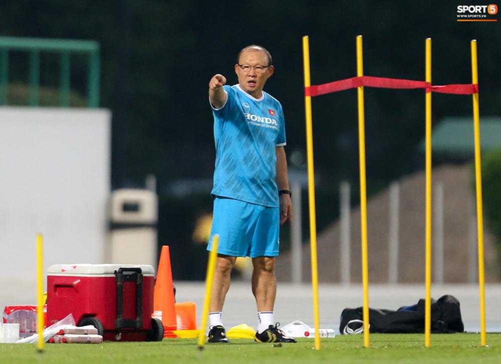 HLV Park Hang-seo mệt bở hơi tai khi bê cầu môn, phải bỏ cuộc giữa chừng - Ảnh 1.