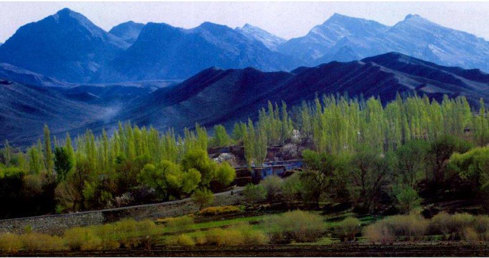Hàng trăm quả cầu đá bí ẩn xuất hiện ở ngọn núi Tân Cương: Giới khoa học càng hoang mang khi bổ đôi chúng ra! - Ảnh 1.