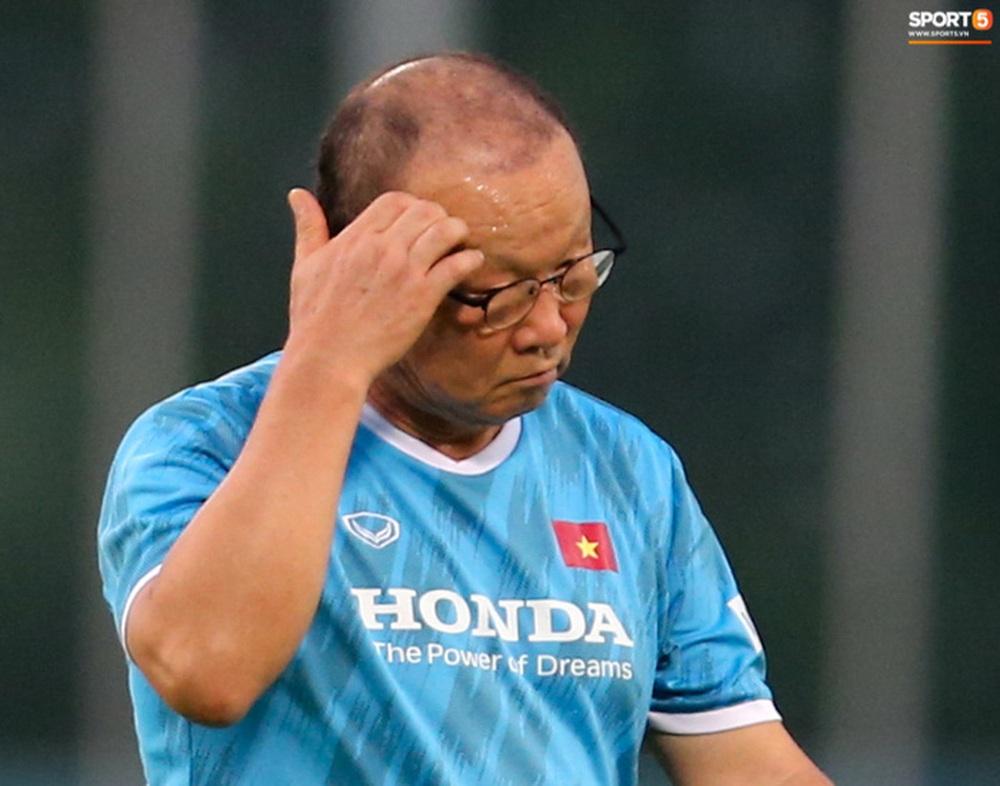 HLV Park Hang-seo mệt bở hơi tai khi bê cầu môn, phải bỏ cuộc giữa chừng - Ảnh 6.