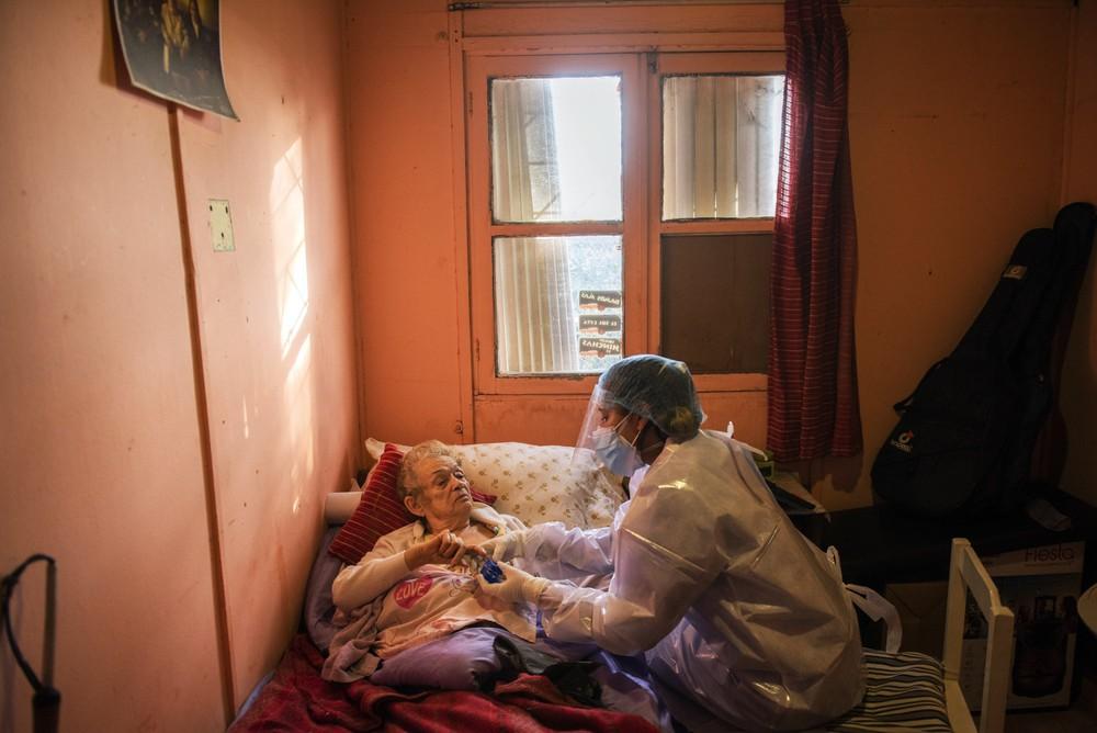 3 quốc gia tiêm vắc xin top đầu nhưng có tỷ lệ tử vong vì Covid-19 cao ngất: Chuyên gia vạch mặt thủ phạm - Ảnh 1.