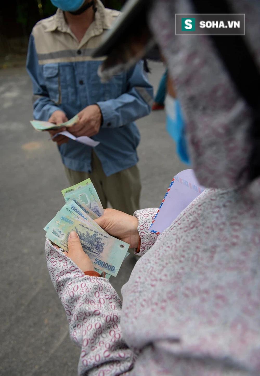 Trao quà tặng 64 công nhân thu gom rác bị nợ lương ở Hà Nội: Đây không chỉ là tiền mà cao hơn là tình người - Ảnh 1.