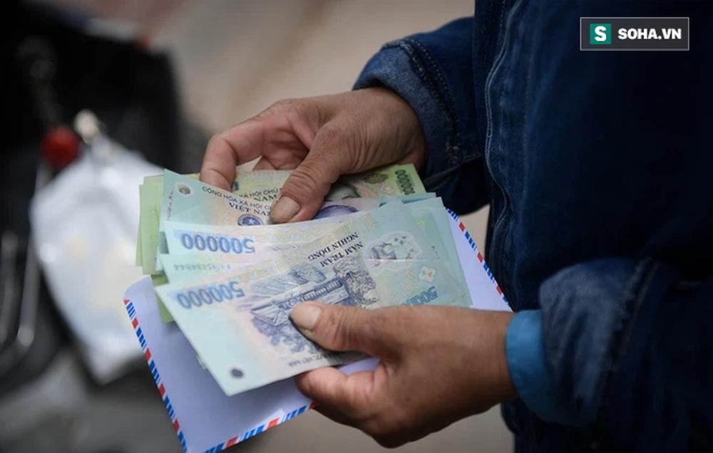 Trao quà tặng 64 công nhân thu gom rác bị nợ lương ở Hà Nội: Đây không chỉ là tiền mà cao hơn là tình người - Ảnh 2.