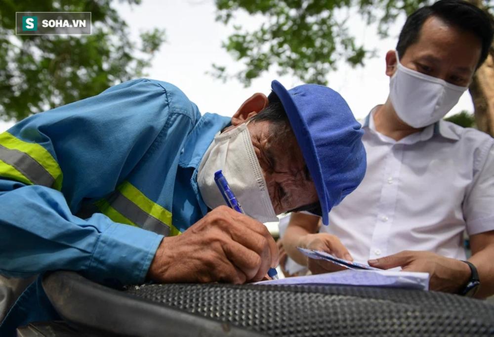 Trao quà tặng 64 công nhân thu gom rác bị nợ lương ở Hà Nội: Đây không chỉ là tiền mà cao hơn là tình người - Ảnh 3.