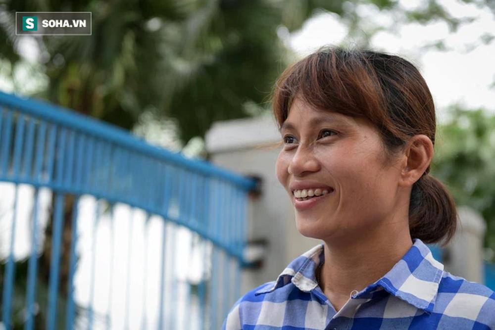Trao quà tặng 64 công nhân thu gom rác bị nợ lương ở Hà Nội: Đây không chỉ là tiền mà cao hơn là tình người - Ảnh 5.
