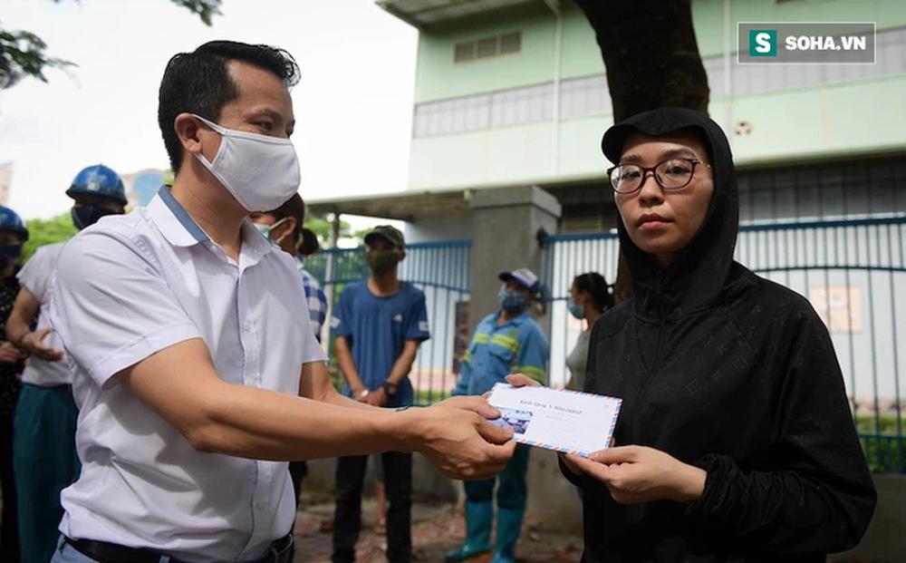 Trao quà tặng 64 công nhân thu gom rác bị nợ lương ở Hà Nội: 'Đây không chỉ là tiền mà cao hơn là tình người'