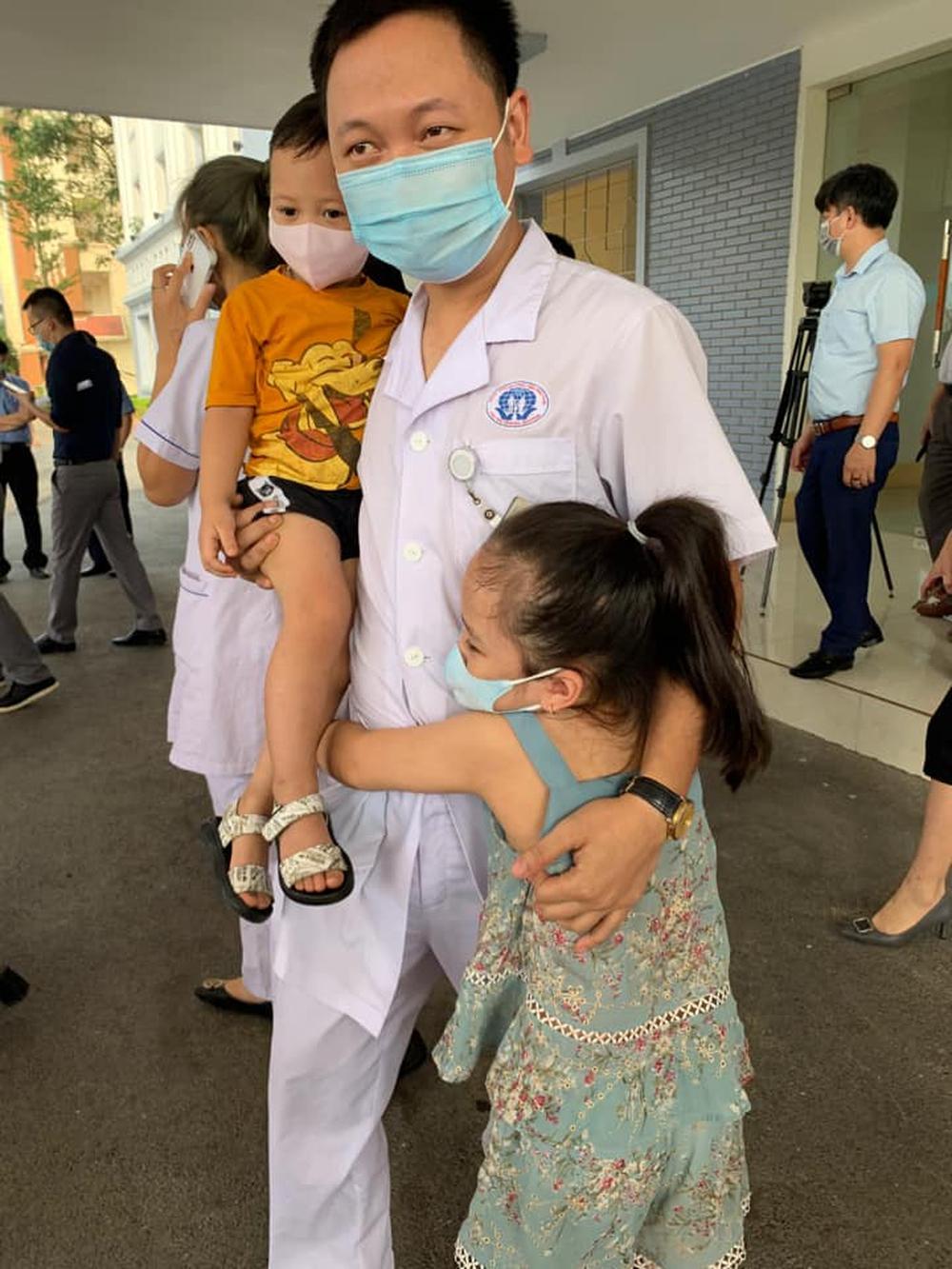 Bố tới Bắc Giang chống dịch, hai con khóc ôm mãi không rời: Người đàn ông mạnh mẽ đã rơi nước mắt - Ảnh 2.