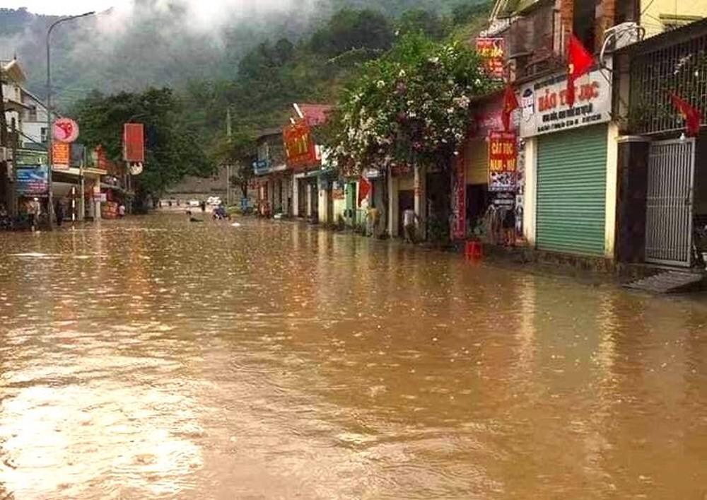 Mưa lớn sau nhiều ngày nắng nóng kỷ lục ở Nghệ An, xuất hiện hố tử thần trong nhà dân - Ảnh 1.