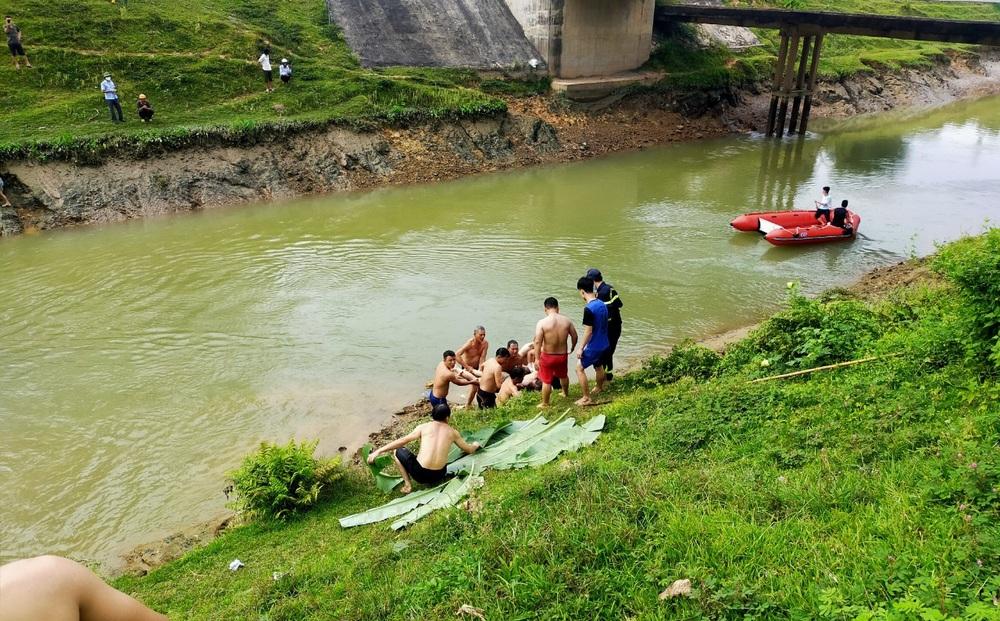 Cảnh sát xuyên đêm mò tìm nam sinh 17 tuổi trên sông