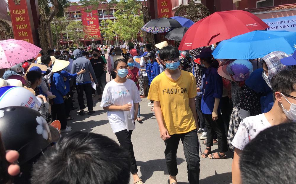 """MV """"Trốn tìm"""" của Đen Vâu vào đề Toán thi lớp 10 ở Nghệ An, học sinh khóc vì khó và lạ"""