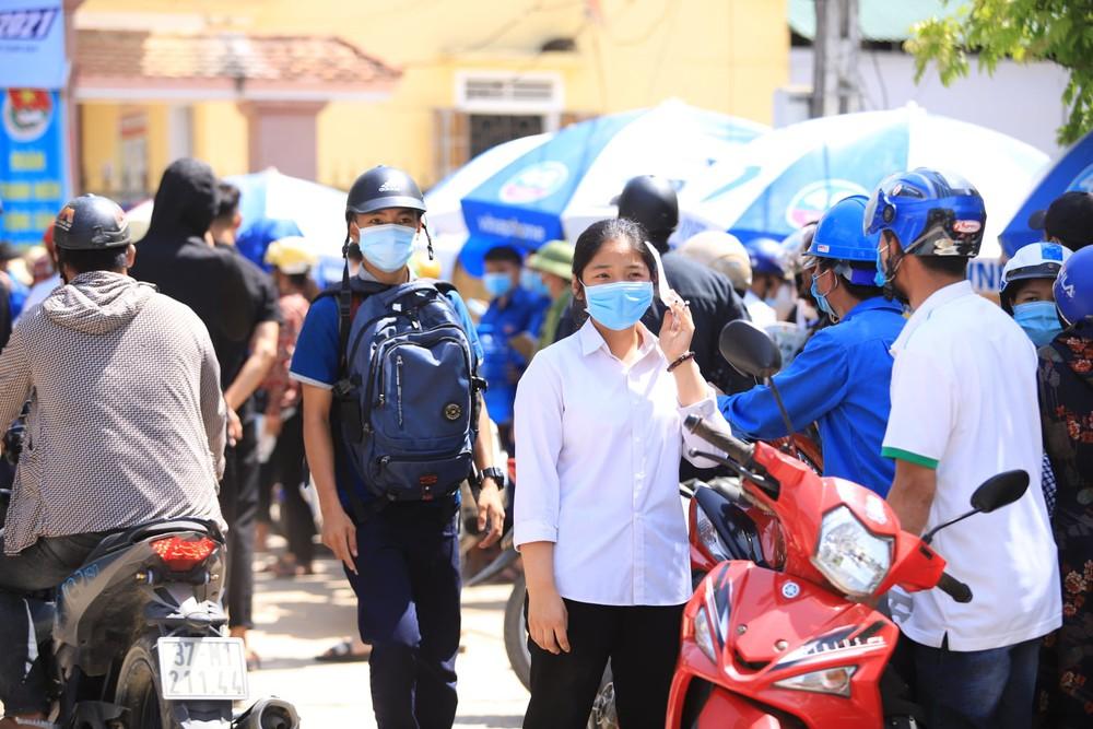 MV Trốn tìm của Đen Vâu vào đề Toán thi lớp 10 ở Nghệ An, học sinh khóc vì khó và lạ - Ảnh 2.