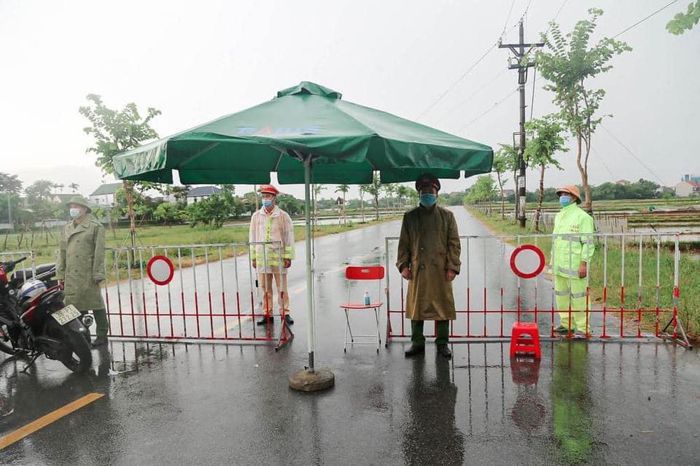 Phong tỏa khu dân cư hơn 2000 người, truy vết khẩn các trường hợp tiếp xúc 2 vợ chồng nhiễm Covid-19 - Ảnh 1.